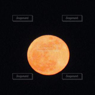 暗闇の中の満月の写真・画像素材[1223815]