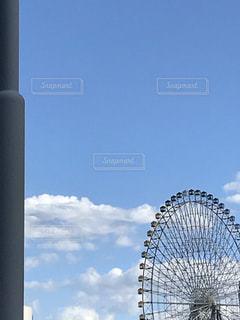 近くに街灯柱のアップの写真・画像素材[1436137]