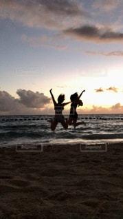 ビーチの砂の上に立っている人のカップルの写真・画像素材[988239]
