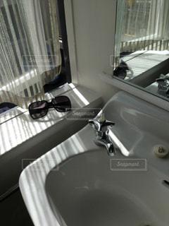 太陽,サングラス,窓,カーテン,反射,日差し,鏡,洗面所,洗面台