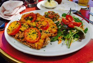 テーブルの上に食べ物のプレートの写真・画像素材[808552]