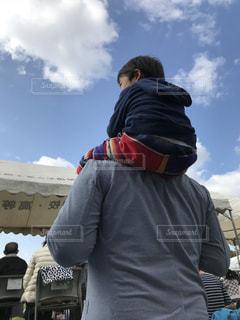 曇り空の前に立っている男の写真・画像素材[966927]