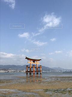 水の体の近くのビーチの人々 のグループの写真・画像素材[1108150]