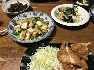 テーブルの上に食べ物のプレートの写真・画像素材[777588]