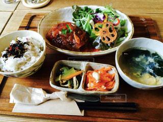 木製のテーブルの上に食べ物のプレートの写真・画像素材[765281]