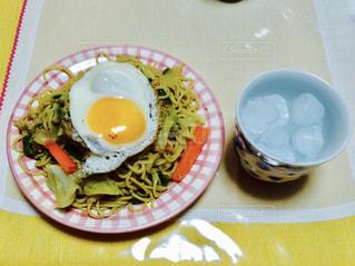 テーブルの上に食べ物のプレート - No.765289