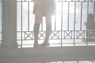ウィンドウの前に立っている人の写真・画像素材[998010]
