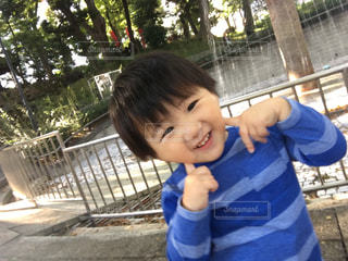 公園でニコちゃんポーズ(^^)の写真・画像素材[830784]