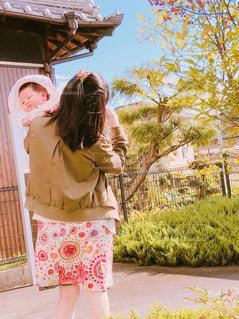 赤ちゃんとお散歩の写真・画像素材[1585683]