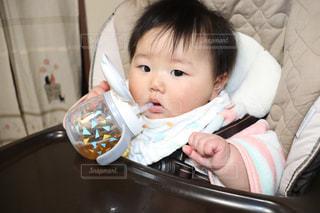 麦茶を飲む赤ちゃんの写真・画像素材[1885090]
