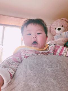 パパの肩に担がれた赤ちゃんの写真・画像素材[2100502]