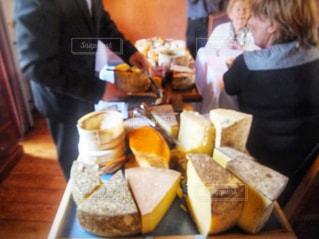 レストランでチーズを切り分ける時の写真・画像素材[2792550]