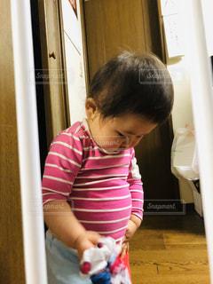 子ども,1人,屋内,ピンク,かわいい,女の子,家,床,壁,人,赤ちゃん,幼児,若い,ぽっちゃり,ストライプ,お腹,部屋着,おデブ,ぽっこり,ぽっこりお腹,ポッコリ