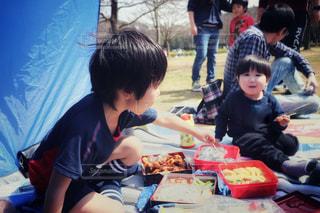ピクニックでお弁当を囲む子供たちの写真・画像素材[3063062]