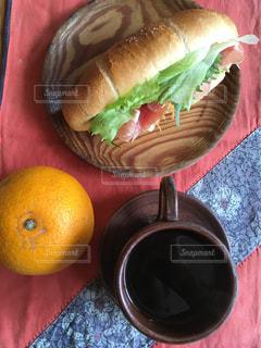 生ハムに野菜 塩パンに挟んで 頂きまーすの写真・画像素材[1085337]