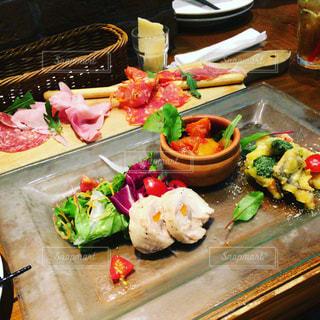 テーブルの上に食べ物の束 - No.768885