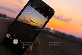 近くに携帯電話を持つ手のアップの写真・画像素材[769463]