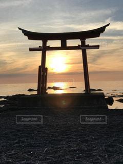 水の体に沈む夕日の写真・画像素材[1271000]