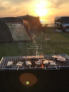 キャンプでバーベキューの写真・画像素材[1282994]