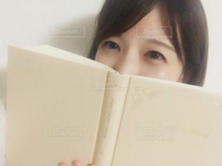 何読んでるでしょー?の写真・画像素材[767455]