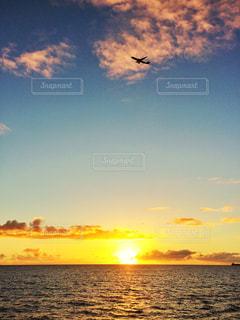 ワイキキビーチに沈む夕日の写真・画像素材[956980]
