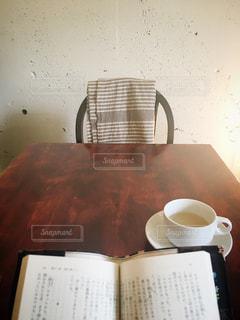 カフェで読書の写真・画像素材[1012121]