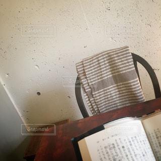 カフェで読書の写真・画像素材[1012126]
