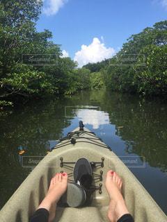 人が川から水を飲むの写真・画像素材[900417]