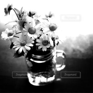 テーブルの上の花の花瓶の写真・画像素材[815584]