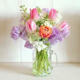 テーブルの上に花瓶の花の花束の写真・画像素材[937680]