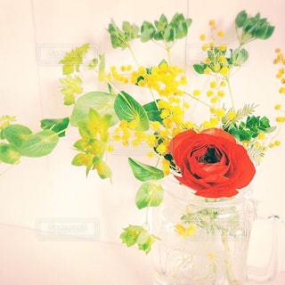 テーブルの上の花の花瓶の写真・画像素材[937988]
