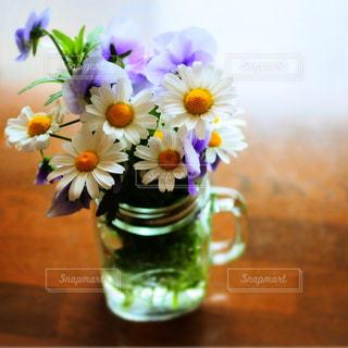テーブルの上に花瓶の花の花束の写真・画像素材[948578]