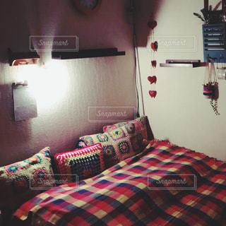 部屋のベッド付きのベッドルームの写真・画像素材[965498]