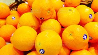 テーブルの上に座ってオレンジの山の写真・画像素材[770141]
