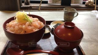 テーブルの上に食べ物のボウルの写真・画像素材[790941]