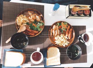 テーブルの上に食べ物の種類でいっぱいのボックスの写真・画像素材[1656707]