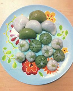 テーブルの上に食べ物のプレートの写真・画像素材[852058]