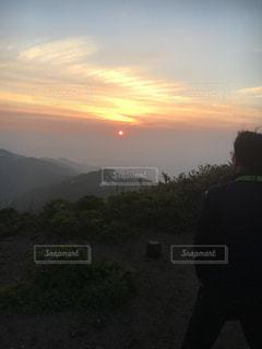 日没の前に立っている人々 のグループの写真・画像素材[770164]