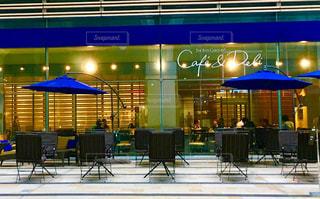 青い傘のカフェの写真・画像素材[814114]