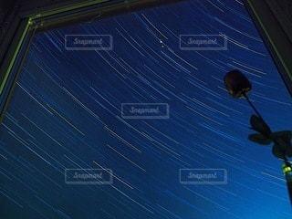 窓枠にはめた星空の写真・画像素材[3381040]