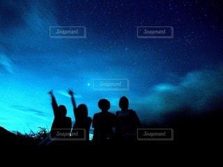 星空の下の人々の写真・画像素材[3381047]
