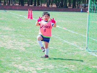 子ども,人物,人,サッカー,運動,ポーズ,ピース,男の子,試合,グラウンド,ジェスチャー