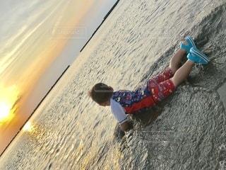 ビーチにいる男の子の写真・画像素材[3400932]