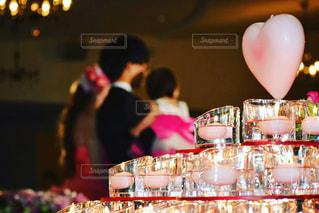バースデー ケーキでテーブルに座っている人々 のグループ - No.784425
