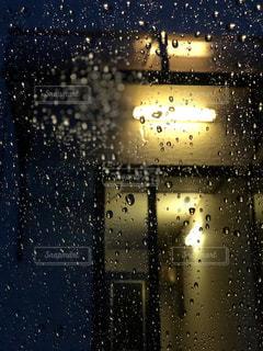 雨の中の光の写真・画像素材[813066]