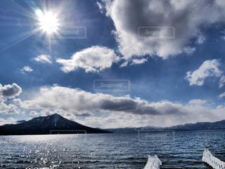 水体の上空で雲のグループの写真・画像素材[1033024]