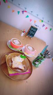 近くのテーブルの上に食べ物をの写真・画像素材[795284]