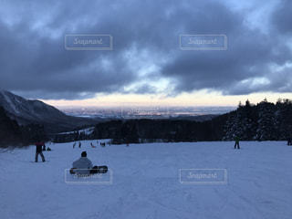 雪の上の人々 のグループ対象斜面の写真・画像素材[958365]