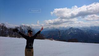 雪に覆われた山に立つ男の写真・画像素材[961419]