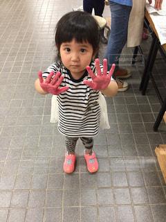 タイル張りの床の前に立っている女の子の写真・画像素材[779648]